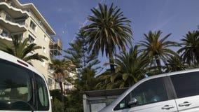 Mening van venster die van vervoer mooie infrastructuur van de stad van Nice overgaan stock footage
