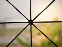 Mening van venster met staal datgrating wordt behandeld stock afbeeldingen