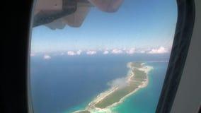 Mening van venster van vliegtuig op oceaankust stock video