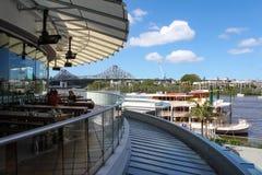 Mening van Verhaalbrug en de stoomboot van de Kookaburrakoningin van dek van Eagle Pier resturants in CBD van Brisbane Australië  stock foto's