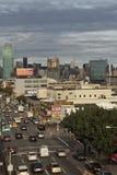 Mening van verkeer op Queensboulevard. Verticaal. Royalty-vrije Stock Afbeeldingen