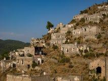 Mening van verlaten huizen bij dorp Kayakoy dichtbij Fethiye, Turkije, selectieve nadruk Stock Foto's
