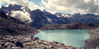 Mening van Verre Pieken Helder blauw water in het alpiene meer Stock Afbeeldingen