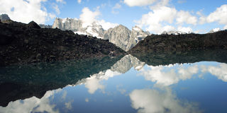 Mening van Verre Pieken Kalm alpien meer De Bergen van de Kaukasus, Rusland Royalty-vrije Stock Fotografie