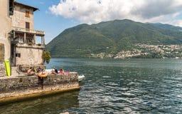 Mening van Villa Ciani met de voorgrond van het bronsstandbeeld in het openbare stadspark van Lugano, Zwitserland stock fotografie