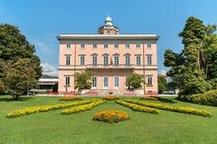 Mening van Villa Ciani met kleurrijke bloemenvoorgrond in het openbare stadspark van Lugano stock fotografie