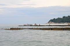 Mening van vissers op strand in Sotchi, Rusland Stock Afbeelding