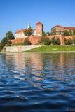 Mening van Vistula-Rivier aan Wawel-Kasteel in Krakau royalty-vrije stock foto's