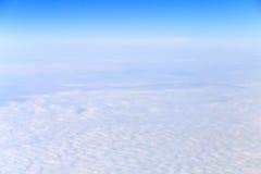 Mening van vliegtuig op witte wolken stock fotografie