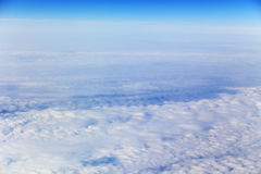 Mening van vliegtuig op witte wolken royalty-vrije stock fotografie
