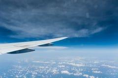 Mening van vliegtuigvenster met blauwe hemel Stock Afbeeldingen
