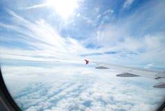 Mening van vliegtuigvenster op de vliegtuigenvleugel stock foto