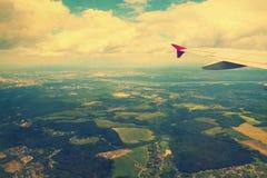 Mening van vliegtuigvenster op gebieden Stock Foto