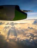 Mening van vliegtuigvenster Vleugel van een vliegtuig die boven vliegen Royalty-vrije Stock Fotografie