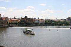 Mening van Vltava-rivier en Oude Stad Praag van Charles Bridge stock foto's