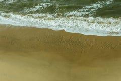 Mening van Vogels op Strand dat van hierboven op een hoge klip wordt genomen Stock Foto's