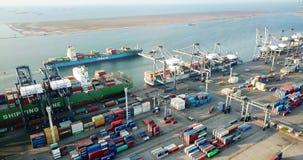 Mening van vrachtschepen en containersterminal stock videobeelden