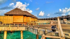Mening van waterbungalowwen in tropisch paradijs Royalty-vrije Stock Foto's
