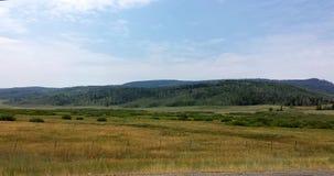 Mening van Weiden en Bergen van Weg 40 in Noordelijk Utah dichtbij Aardbeireservoir stock afbeeldingen