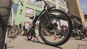 Mening van wielen van ongebruikelijke fietsentribune op straat in lijn tentoonstelling Zonnige de zomerdag stock video