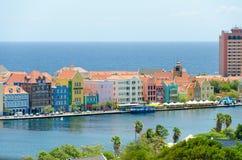 Mening van Willemstad de stad in met kleurrijke voorgevels in Curacao royalty-vrije stock afbeeldingen
