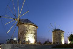Mening van windmolen in Alacati-stad, Izmir, Turkije stock afbeeldingen