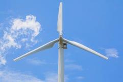 Mening van windturbine die alternatieve energie met een duidelijke blauwe hemel veroorzaken Stock Foto