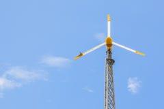 Mening van windturbine die alternatieve energie met een duidelijke blauwe hemel veroorzaken Stock Foto's