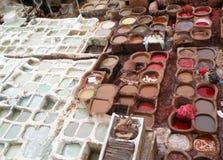 Mening van Witte en Roodbruine Kleurstofkuilen van de Leerfabriek in Fez Stock Foto