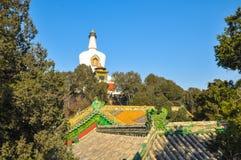 Mening van Witte pagode boven het tempeldak Stock Afbeeldingen