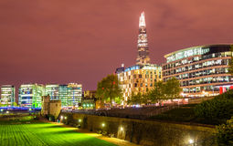 Mening van wolkenkrabbers van de Toren van Londen stock afbeeldingen