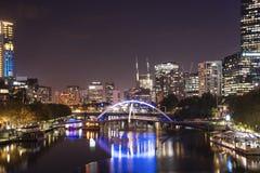 Mening van Yarra-rivier en de horizon van Melbourne van Prinsenbrug, I stock foto's