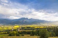 Mening van Zakopane-stad, Westelijke Tatras, Polen Stock Fotografie