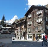Mening van Zermatt-huis, met bergen stock fotografie