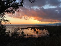 Mening van zonsondergang over Currituck-Geluid van de promenade in Eend, Noord-Carolina royalty-vrije stock foto's