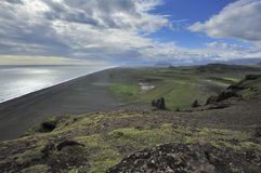 Mening van zuidenkust in Dyrholaey, IJsland stock afbeelding