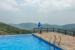 Mening van zwembad bovenop een heuvelpost met berg op de achtergrond, Salem, Yercaud, tamilnadu, India, 29 April 2017 stock foto