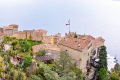 Mening vanaf bovenkant aan dorpsgebouwen, toeristen het lopen en overzees Stock Foto