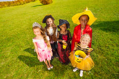 Mening vanaf bovenkant op jonge geitjes in Halloween-kostuums Royalty-vrije Stock Afbeeldingen