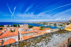 Mening vanaf bovenkant van klokketoren van kerk van St Anastasia in Zadar Royalty-vrije Stock Foto's