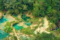 Mening vanaf de bovenkant aan de cascades in de wildernissen van Guatemala royalty-vrije stock fotografie