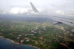 Mening vanaf de bovenkant aan de zeekust in de zomer van supersonisch vliegtuig die boven het overzees in de hemel vliegen stock fotografie