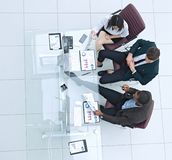 Mening vanaf de bovenkant Commercieel team die financi?le documenten bespreken stock foto