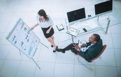 Mening vanaf de bovenkant partner die een nieuw financieel contract bespreken stock afbeelding