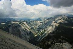 Mening vanaf de bovenkant van Halve Koepelmonoliet in het Nationale Pari van Yosemite stock afbeelding