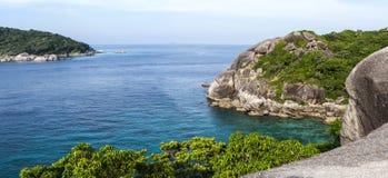 Mening vanaf de bovenkant van het overzees op een eiland in Thailand Stock Foto