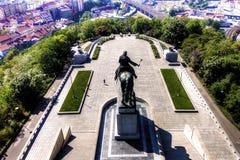 Mening vanaf de bovenkant van het Vitkov-Gedenkteken op het landschap van Praag en het gedenkteken op een zonnige dag Stock Afbeeldingen