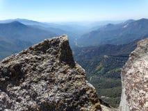 Mening vanaf de Bovenkant van Moro Rock met zijn vast gesteentetextuur, die bergen en valleien overzien - Sequoia Nationaal Park stock fotografie