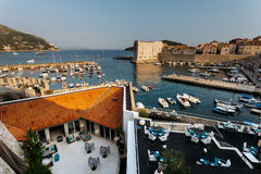 Mening vanaf de bovenkant van Onderstel Srdj op Revelin-Vesting, Stadshaven en Fort St John in de vesting in Dubrovnik, Kroatië Stock Fotografie