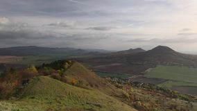Mening vanaf de bovenkant van Rana-heuvel Tsjechische Republiek stock footage